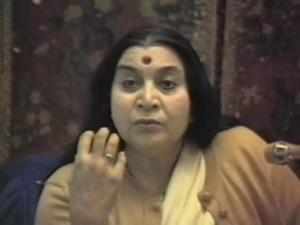 Shri Mataji durante un programma pubblico